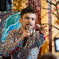 Выступление певца Дениса Варфоломеева